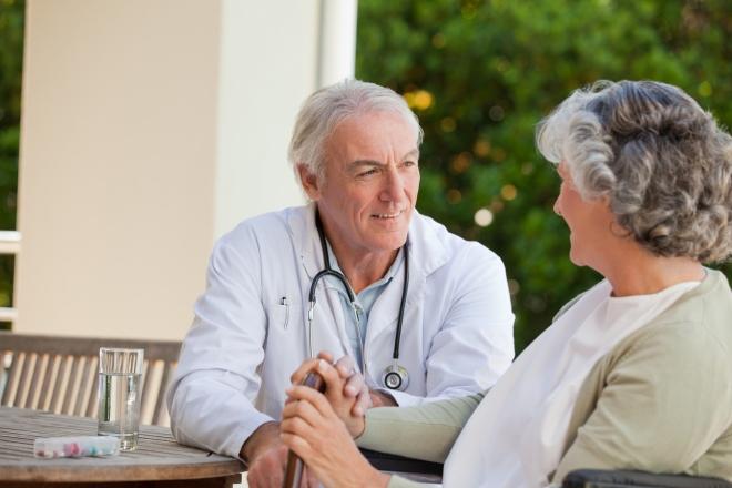 Врач и пожилой пациент