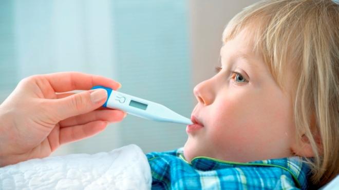 Измерение температуры тела ребенка
