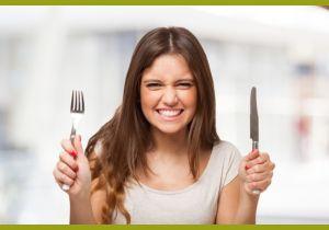 Женщина с ножом и вилкой