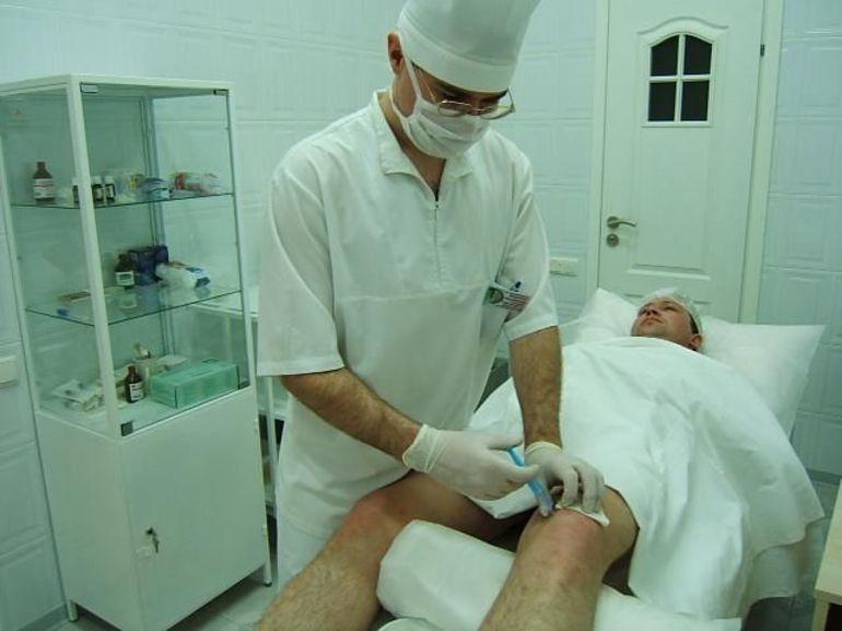 Процедура уколов в колено