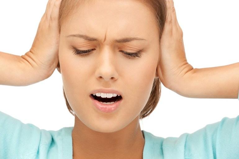 Появлению шума в ушах.