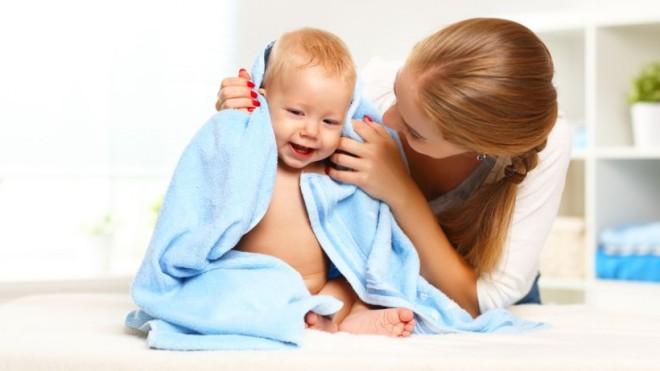 Ребенок после купания с мамой