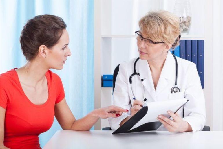 Девушка консультируется с врачем