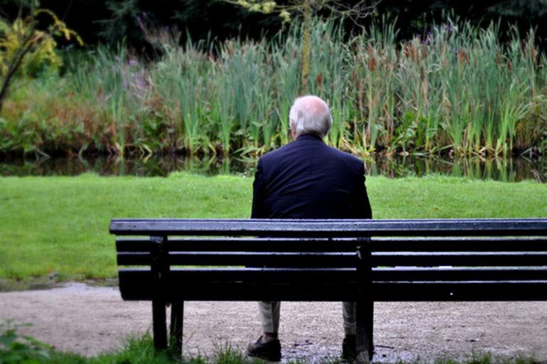 Сидеть на скамейке